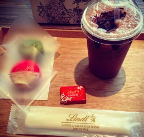 リンツのカフェでマカロンとコーヒーのセット
