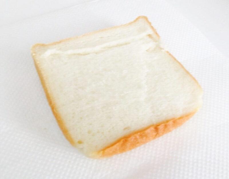 浅草ペリカンの食パンをカット