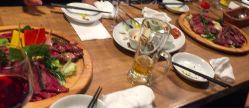 熟成肉バル 肉アバンギャルドの肉が置かれたテーブル