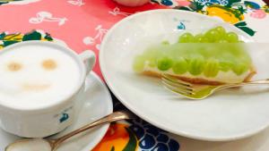 キルフェボンのマスカットのケーキとカフェラテ