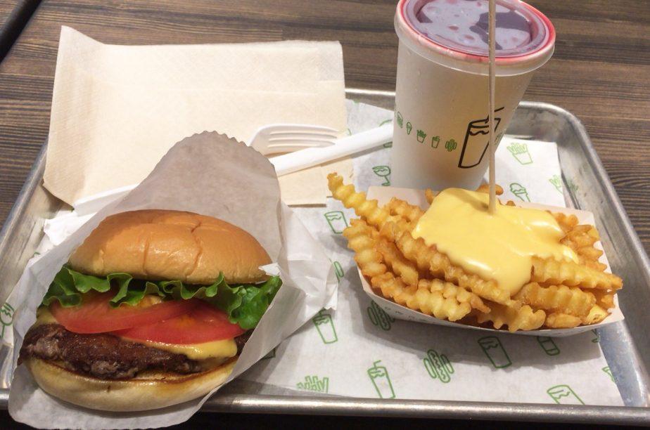 シェイクシャックのハンバーガーとチーズポテトフライ