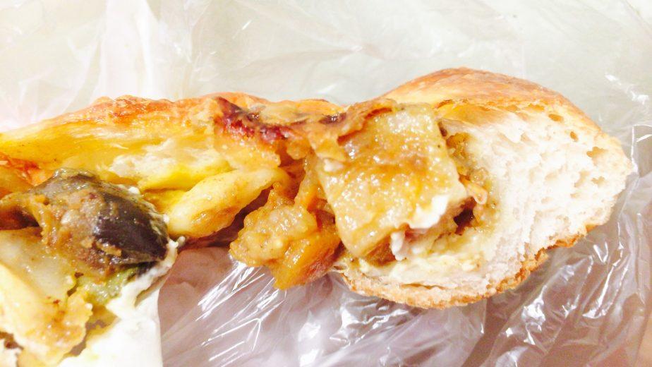 高輪台のセイジアサクラのチーズカレーパンはじゃがいもも大きいのが入っていた