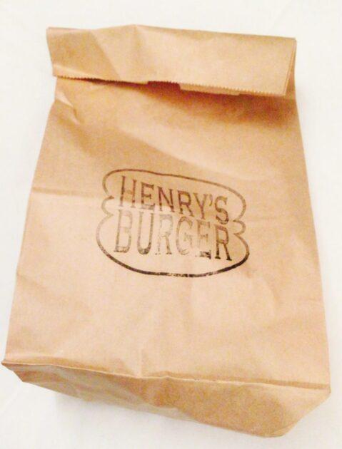 ヘンリーズバーガー秋葉原のテイクアウトの紙袋
