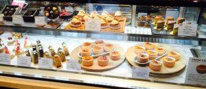 二子玉川パステレリア マヨルカのショーケースに並べられたケーキたち