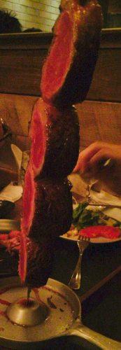 バルバッコアの肉は串に刺さって登場
