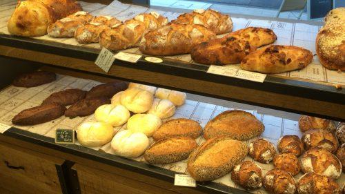 メゾンランドゥメンヌトーキョーの店内に陳列されているパン