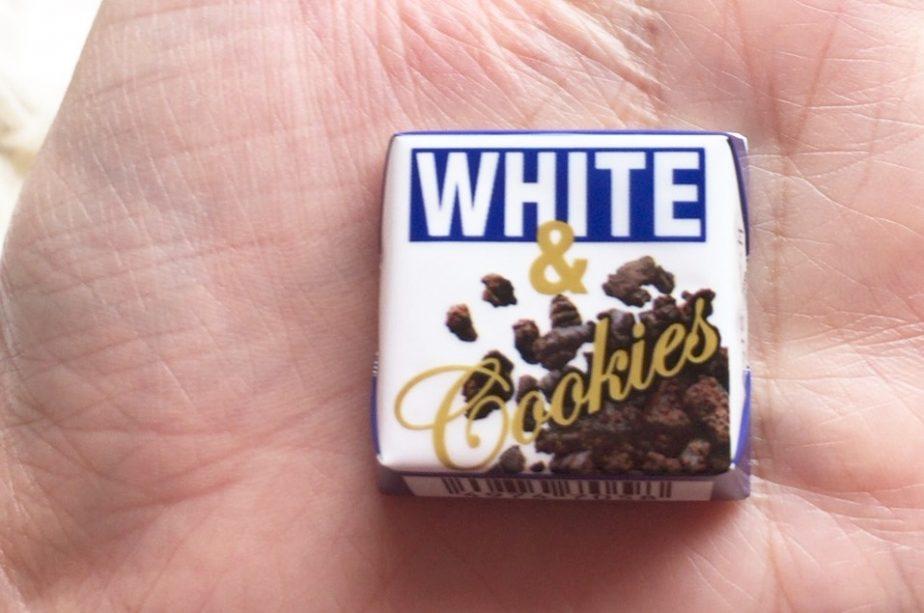 ホワイト&クッキーのチロルチョコ