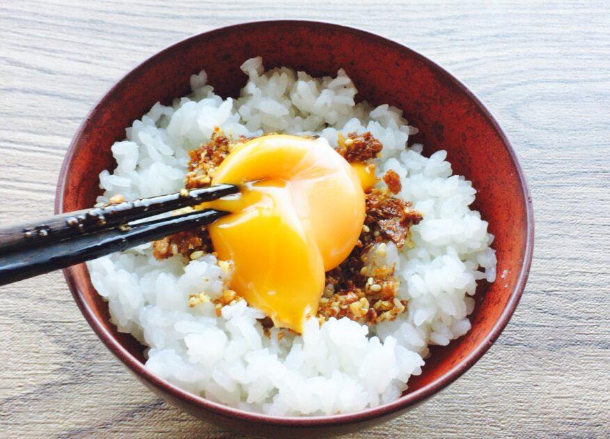 キッコーマンの食べる醤油「サクサクしょうゆ」と生卵