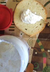 マシュマロフラフをパンに塗る