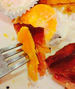自由が丘のパンケーキ屋さん花きゃべつのベーコンはカリカリ