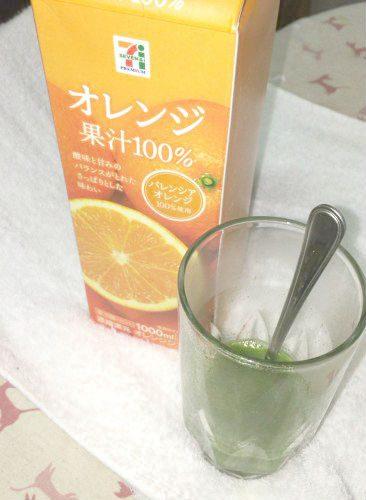 ヤクルトのフルーツ青汁をオレンジジュースでわってみた