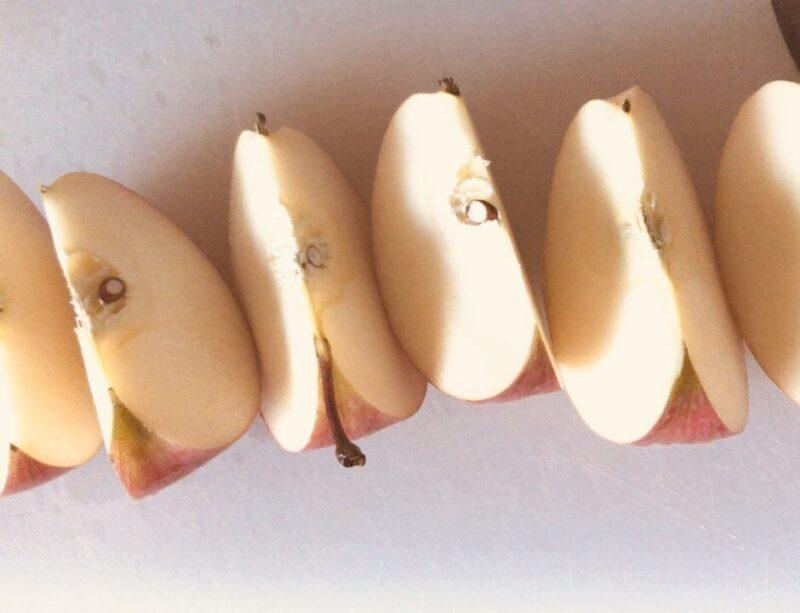 アップルバターのためのりんごをカット