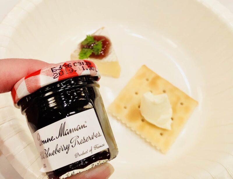 ボンヌママンのブルーベリー味とクリームチーズが乗ったクラッカー