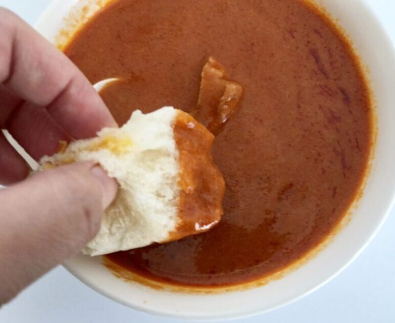 mandara バターチキンカレーにパンをつけて食べる
