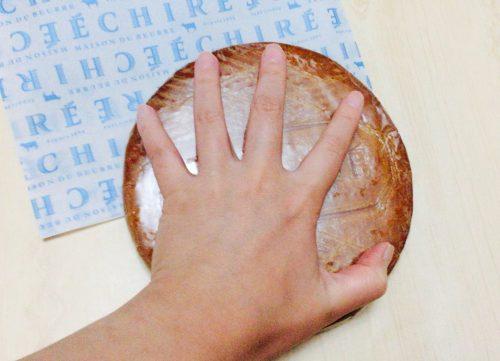 エシレバターで購入した巨大クッキー(ブロワイエ・デュ・ポワトゥー)は手の大きさほどある