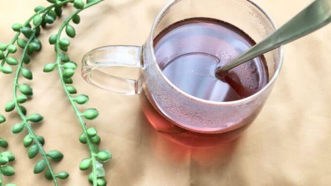 武州養蜂園のマヌカクリーミー蜂蜜を紅茶に入れる