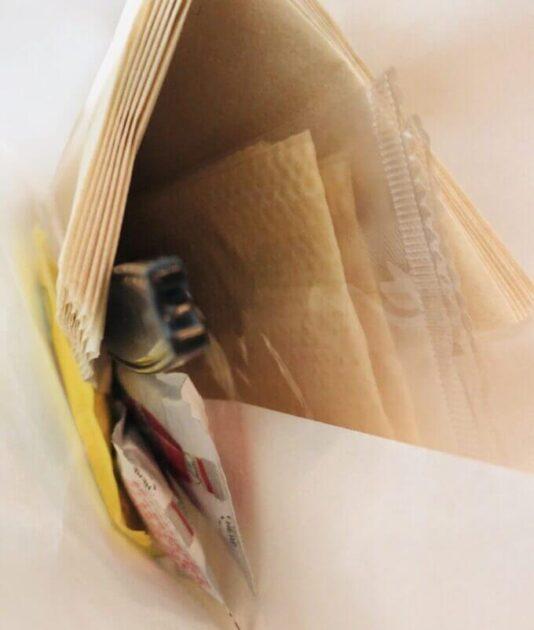 jsバーガーのテイクアウトは紙ナプキンやフォーク一式もついてきた