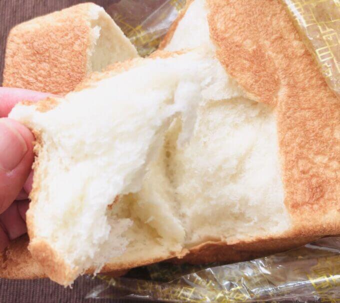 中野坂上の食パン専門店うん間違いない!で購入した食パンをちぎってみる