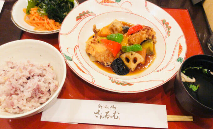 さんるーむの国産若鶏と彩り野菜の黒酢あんかけ定食
